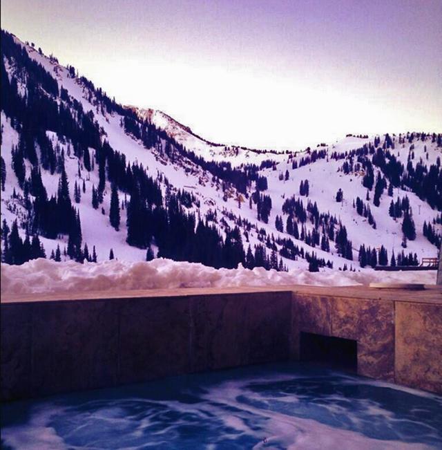 sunrise-hot-tub-line-scoping-snowpine-lodge-crowdtrip-TGR.jpg